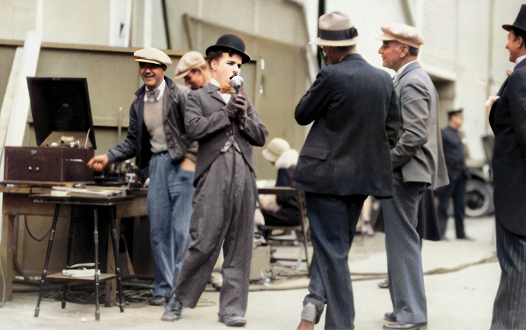 charlie singing on the set of city lights